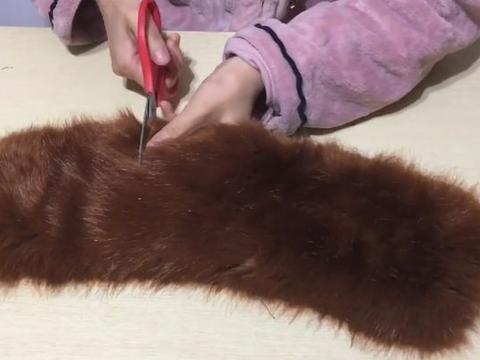 旧衣服上的毛领别急着扔,只需这样剪一剪,全家人都抢着用!