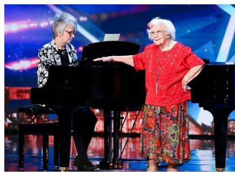 唱歌跑调却感动英国,96岁阿尔茨海默症奶奶:忘世界却忘不了音乐