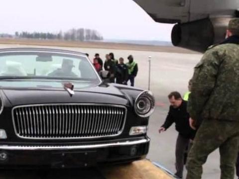 红旗轿车白俄罗斯卸货,全程大气不敢喘,大兵都得小心翼翼!
