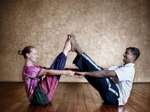 3组低强度双人瑜伽,情侣练了更恩爱,能量互借唤醒身体