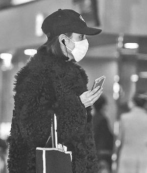 水原希子身着黑色皮草现身机场,美得也太高级了