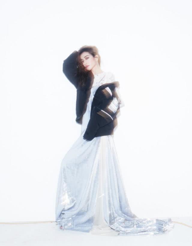 羽绒夹克配礼服也能混搭?蔡依林的时尚与众不同,冷艳霸气十足!