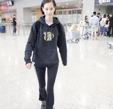 看惯了中韩明星的机场街拍秀,看水原希子的机场街拍多高级吧