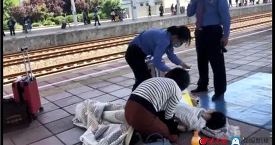 淄博火车站一乘客低血糖晕倒,车站工作人员忙救助