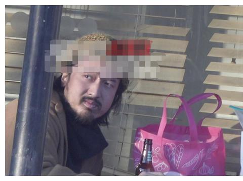 王传君与好友街边喝酒,胡子拉碴体态臃肿,艺人形象管理太失败!
