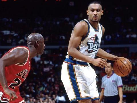 乔丹纪录片引发热潮,96-97赛季落场球衣竟被拍出28万美元天价