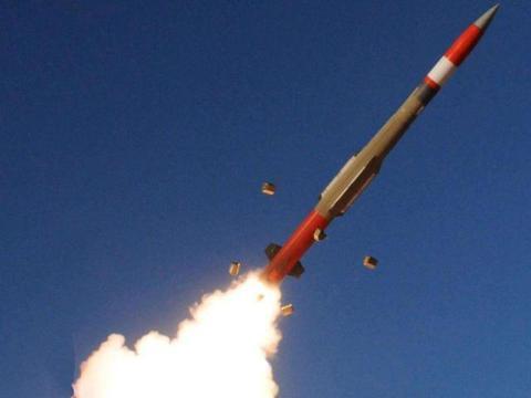战斗在清晨打响,伊朗盟友抢先出手,发射2枚导弹 给美国提了个醒