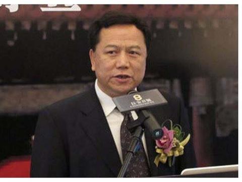 又一个隐形首富移民了,祖上是清朝皇族,如今继续在中国收租赚钱