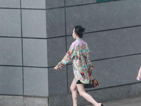 38岁女星王鸥机场玩下体失踪秀美腿