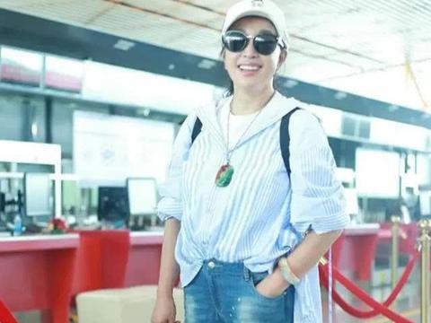 刘晓庆真会扮嫩,休闲装扮不像奶奶辈,这是吃防腐剂了吧