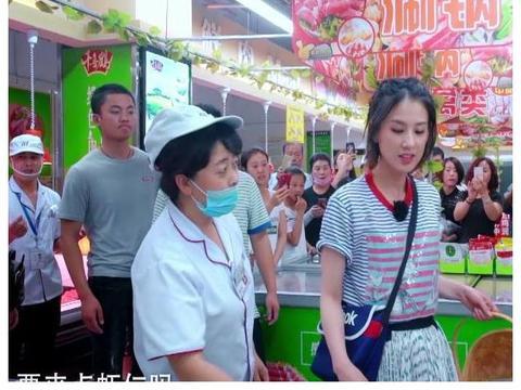 豪门太太黄圣依带安迪买菜,专门挑便宜的买,网友:真会过日子!