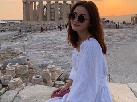 阿Sa蔡卓妍私服分享!穿白色连衣裙干净清新,年轻十岁不像近40
