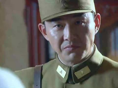 硬汉领命去抓捕鬼子间谍,遭将军持枪威胁,下秒将军遭司令怒骂