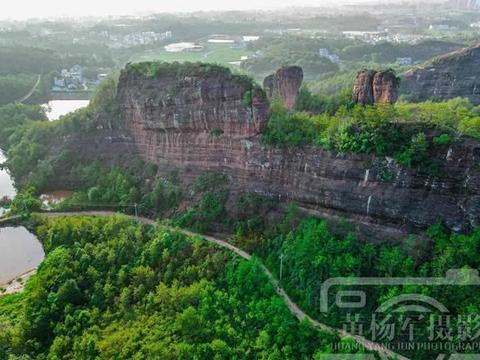 航拍下的丹霞地貌:江西于都县宽石寨的迷人风光