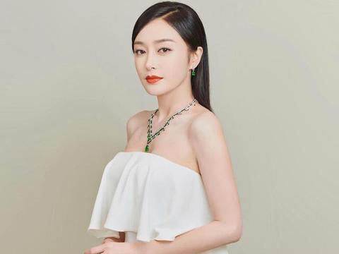秦岚气场太强,穿纯白色抹胸连衣裙高级有范,戴翡翠珠宝更显贵