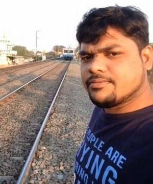 男子作死直播挑衅火车,不听路人的好心提醒,结果被火车教训了