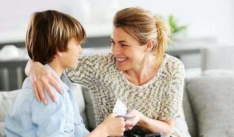 被金钱过度奖励的孩子,可能会认钱不认人,家长应正确激励孩子
