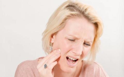 想要预防口腔溃疡,5个诱因不容忽视,学会这2招很管用