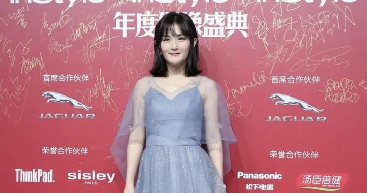 2020年的谢娜有多美?淡蓝色连衣裙融合薄纱面料造型,女神范十足