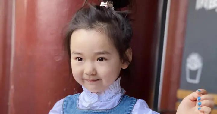 小酒窝不愧是高云翔和董璇的女儿,穿白衬衫配牛仔裙,基因太强大