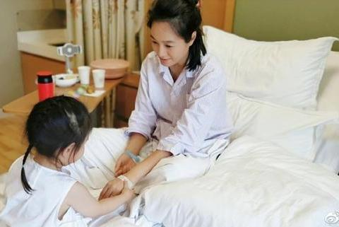 39岁朱丹生病住院疑情况较严重,面容苍白憔悴,周一围去哪儿了?