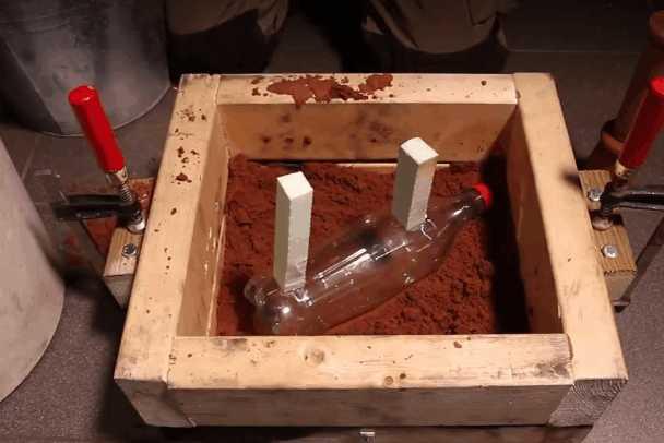小伙尝试着把铜水倒进模具中,半小时后的成果,让人纷纷称赞