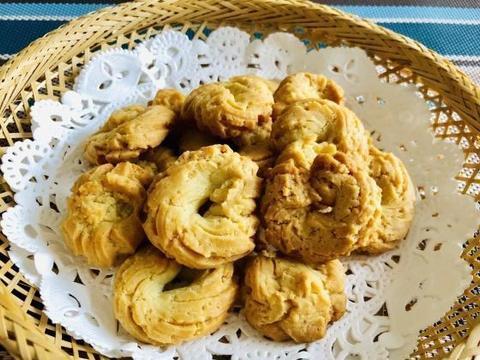 周末做了两款饼干,无黄油版曲奇饼干输给了低油低糖的健康小饼干