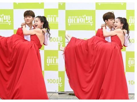44岁韩国女星咸素媛红裙亮相,获26岁小丈夫陈华公主抱,闪耀红毯