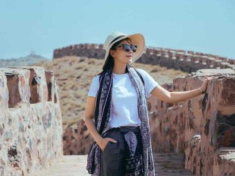 刘涛去度假造型真时髦穿白T恤配收脚裤,挂条丝巾显贵10倍不止