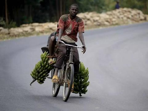 """非洲小伙骑着中国制造的""""自行车""""运送香蕉,每天只能赚5美元!"""