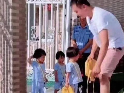 爸爸接三胞胎放学去晚了,女儿们气得扔书包,门卫大爷被娃逗笑