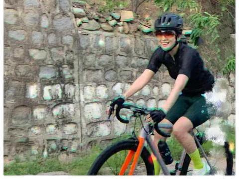 章子怡晒骑单车视频,产后身材恢复好,老公视角下笑得太幸福