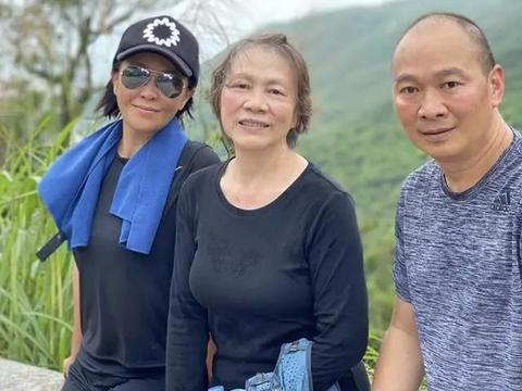 刘嘉玲携弟弟半山豪宅设宴为母亲过节,75岁刘妈妈气质优雅显年轻