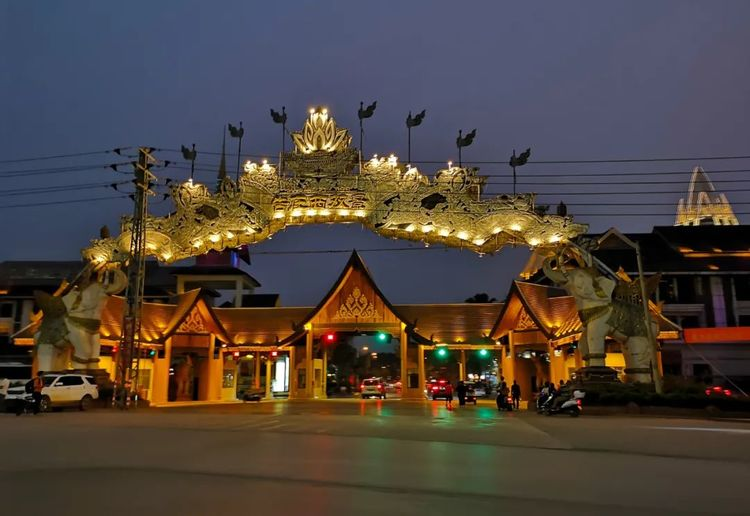 云南西双版纳有个夜市,就在湄公河边,汇集了东南亚各国美食