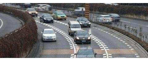 高速公路又添一条标线,形似鱼骨全是刺,走错就要扣3分