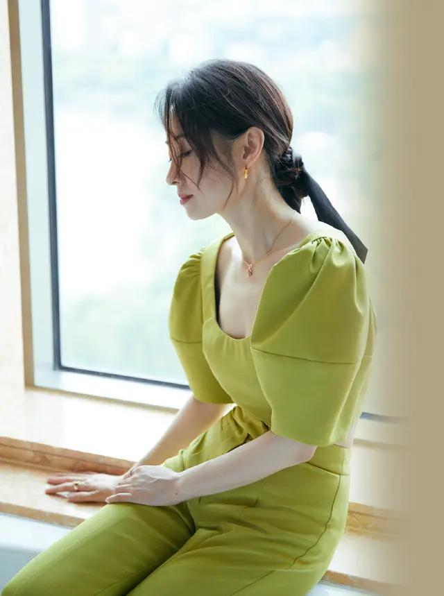 高调的刘敏涛,绿色泡泡袖套装还是低领的,秀精致锁骨更撩人了