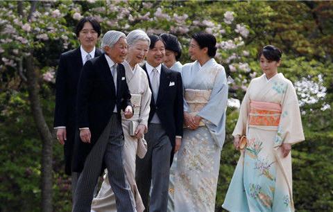 日本天皇继承人仅剩2位,为延续皇室血脉,2人只能分开搭乘飞机