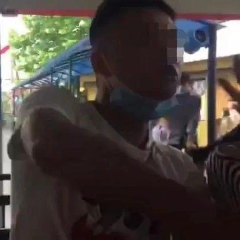 一男子在上海欢乐谷插队遭劝阻…竟殴打游客!警方回应来了↘