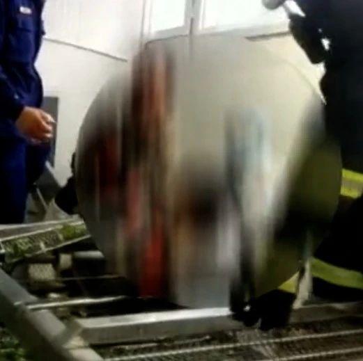 惊险!女工操作不当,左手臂被卷入机器!情况十分危急!