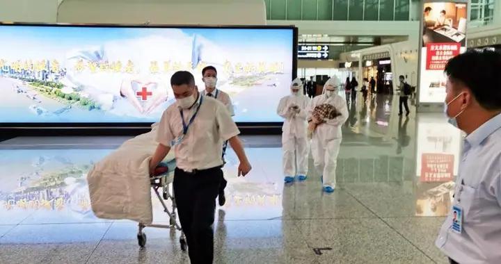 孕妇在登机口紧急产子,航站楼里设起临时产房