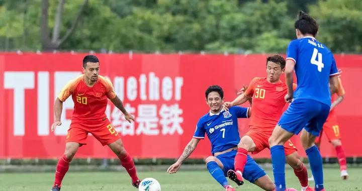 国足最新热身组图,艾克森进球后与对手握手,替补前锋梅开二度