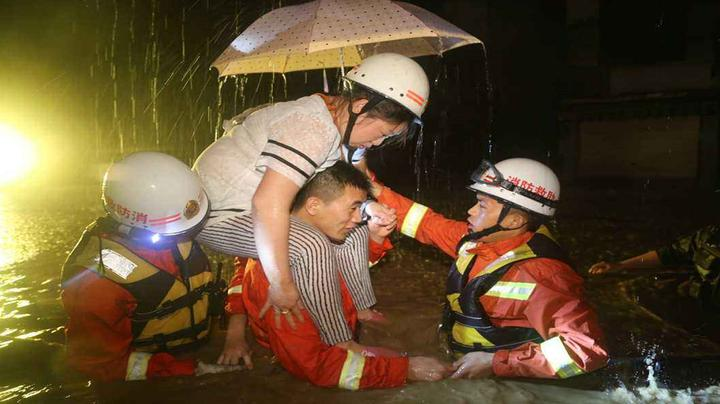 暴雨中逆行者!孕妇突发急况,东莞民警消防紧急救援丨DV现场