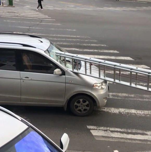 双鸭山街头,一辆车前风挡插着4米长梯!过程有点迷……