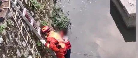 萍乡女子坠河受伤被困一夜 消防员:没力气就趴我身上