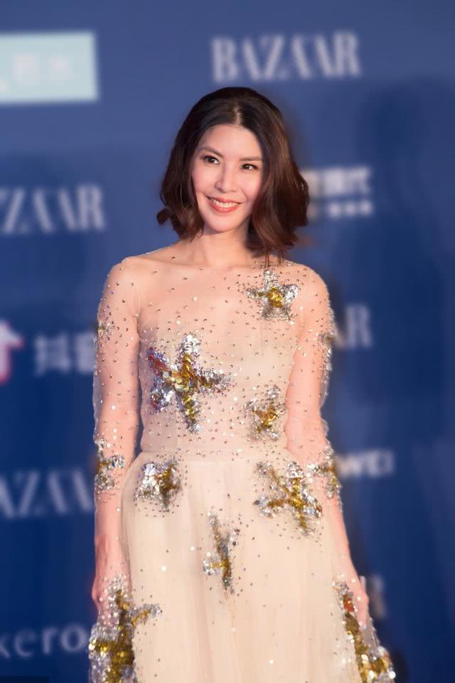 许茹芸终于换发型,一袭裸色薄纱连衣裙高调亮相,高级感扑面而来