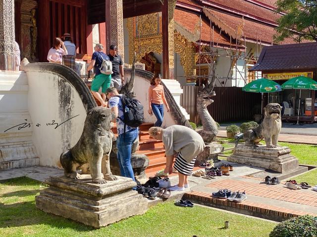 """泰国寺庙""""最奇怪""""的规定,不穿拖鞋好麻烦,中国游客:佛祖见谅"""