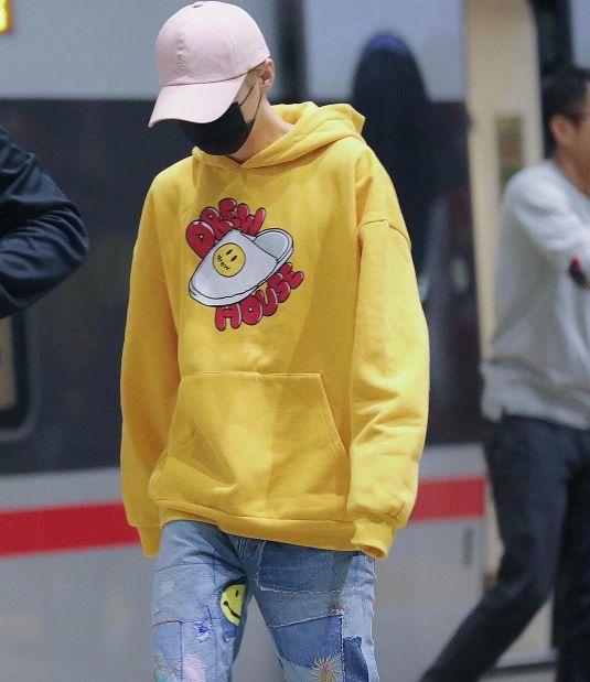 鹿晗在高铁被抓拍,黄卫衣+拼接牛仔裤清新,确定不是关晓彤的?