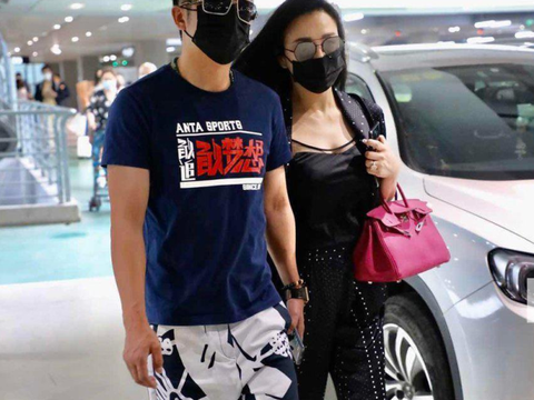 拳王邹市明与妻子机场秀恩爱,网友:天天机场秀啊