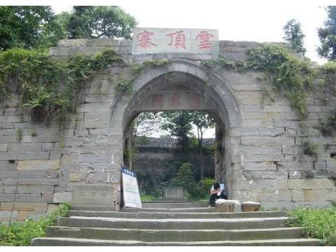 四川隆昌一座古寨,建造在山顶上,如今是这般模样