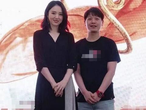 董璇终于复出演话剧,拼接裙配lob卷发变御姐,39岁成时髦精